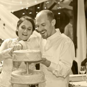 Wedding photos - portrait - cutting the cake monochrom - esküvői fotó - portré torta felvágása fekete-fehér